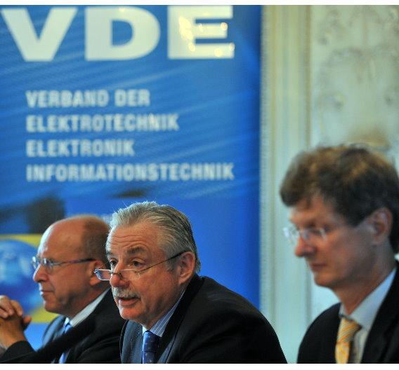 """""""Ausgerechnet in dem Zeitkorridor, in dem man mit deutscher Ingenieurkunst in wichtigen Zukunftsmärkten durchstarten sollte, könnten uns die dafür nötigen exzellent qualifizierten Ingenieure der Elektro- und Informationstechnik fehlen"""", warnt VDE-Vorstandsvorsitzender Dr.-Ing. Hans Heinz Zimmer (Mitte)."""