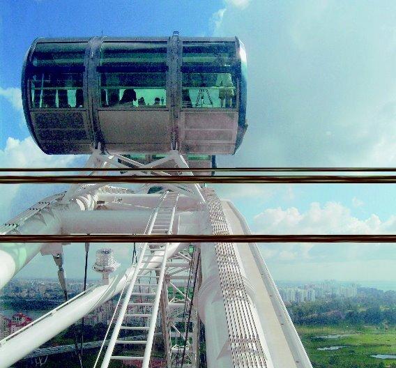 In Singapur bringen halogenfreie Ölflex-Kabel den 178 Meter hohen Singapur-Flyer zum drehen...
