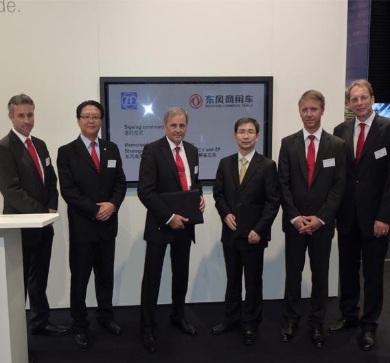 Auf der IAA 2010 in Hannover bekräftigten die ZF Friedrichshafen AG und die Dongfeng Commercial Vehicle Company ihre strategische Partnerschaft.