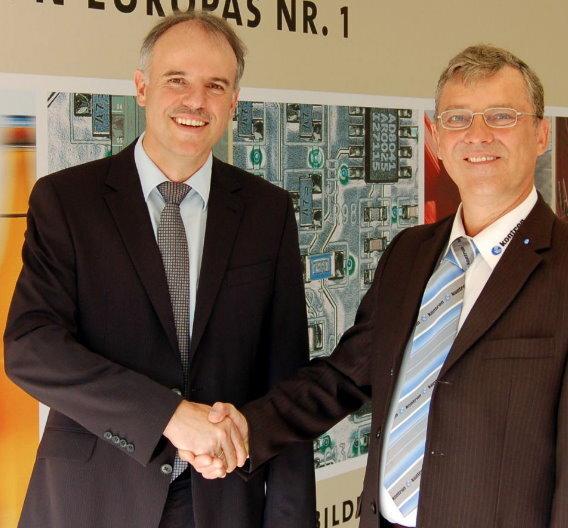 Christof Zollitsch, Geschäftsführer von Stemmer Imaging, und Günther Dumsky, Director Systems & Boards EMEA von Kontron, besiegeln die Kooperation.