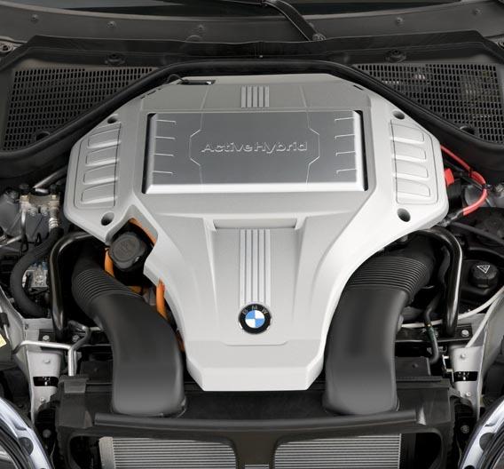 Die Leistungselektronik sorgt für einen Buckel auf der Motorhaube. Spötter nennen den Hybrid-X6 deshalb Nashorn.
