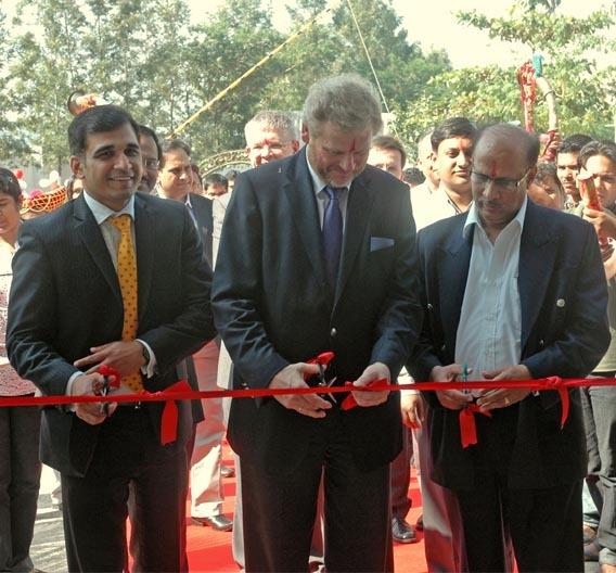 """Uwe H. Lamann (Mitte), Vorstandsmitglied der Leoni AG, die neue Fabrik für Bordnetz-Systeme eröffnet: """"Indien ist eine der größten Wachstumsregionen der Automobilindustrie."""""""