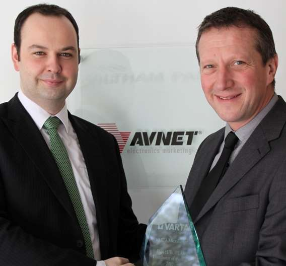 v.l.n.r.: Alex Stapleton, Distribution Manager UK & Ireland, VARTA Microbattery; Tim Parker, Battery Products Business Manager, Avnet Abacus