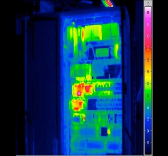 Versuchsanordnung im Schaltschrank mit 48 Wärmesensoren
