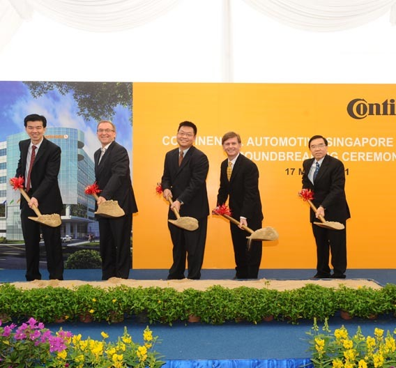 Grundsteinlegung für Conti F&E-Zentrum in Singapur (v.l.n.r.) Lo Kien Foh, Managing Director, Continental Automotive Singapore Pte Ltd; Joerg Ranau, Deutscher Botschafter Singapur; Yeoh Keat Chuan, Assistant Managing Director, Economic Development Board; Kieran O'Sullivan, Exec. VP Infotainment & Connectivity Business Unit, Interior Division, Continental AG; Tong Weng Leong, Exec. Director, Boustead Singapore Ltd.