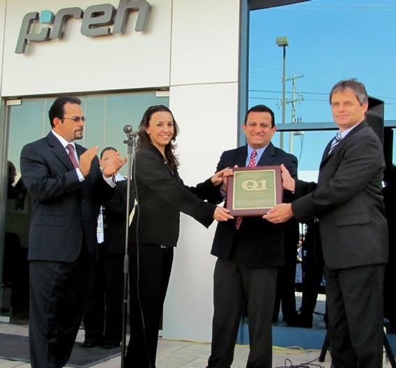 Verleihung des Q1 Award von Ford (v.l.n.r.): Ruben Chavez, STA Electrical Manager, Ford; Ivonne Rodriguez, Qualitäts-Managerin, Preh de Mexico; Gerardo Bazan, STA Ingenieur, Ford und Horst Müller, Geschäftsführer, Preh de Mexico.