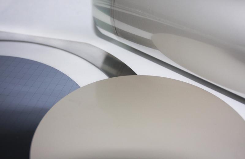 Henkels neue leitfähige Die-Attach-Folie, im Foto als Rolle und auf einem Wafer zu sehen, ermöglicht den Einsatz dünnerer Chips für Leadframe-Packages.