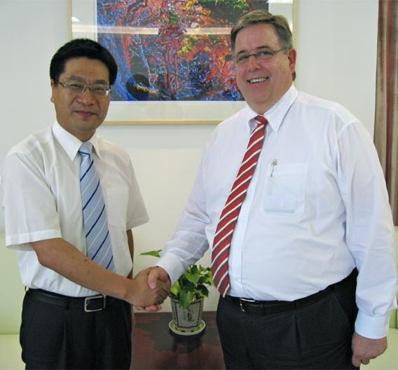 Jeff Wang, Chairman und Gesellschafter von Joyson und Dr. Michael Roesnick, Vorsitzender der Geschäftsführung der Preh GmbH sind sich ein weiteres Mal einig. Nach dem Joint Venture erfolgte nun die Mehrheitsbeteiligung.