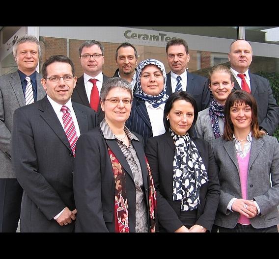 Matthias Eschle (oben links) mit dem Team des CeramTec- Vertriebscenters Industriekeramik