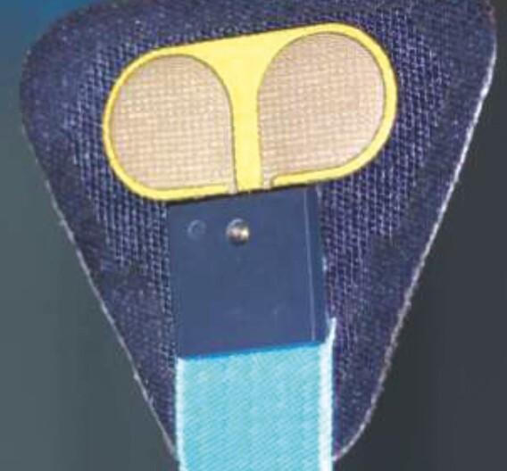 Elektronische Komponenten werden mit leitfähigem Garn auf Textilien gestickt.