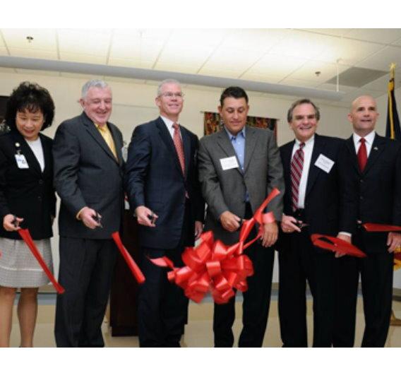 RFAB-Manager Tom Weichel (3 v.r., links neben ihm TI-CEO Richard Templeton) bei der offiziellen Eröffnung der RFAB im Jahr 2009.