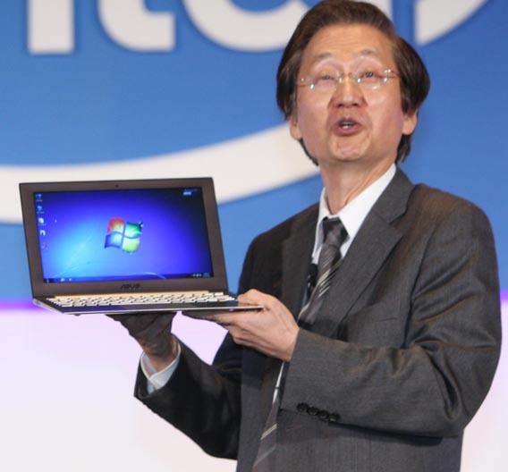 Jonney Shih, Chairman von ASUS zeigt das erste Ultrabook auf der Computex 2011.