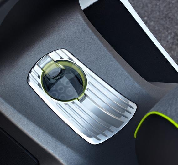 """Ladeanschluss in der Mittelkonsole des """"BMW Concept e""""."""