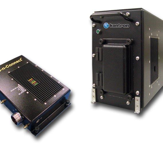 Das WLAN-System für den Einbau in Flugzeugkabinen besteht aus einem zertifizierten Wireless Access Point (links) und einem Videoserver.