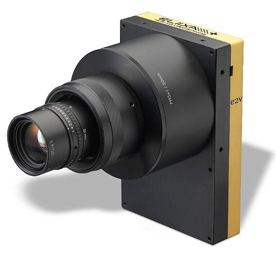 Die Industrie-Zeilenkamera »ELiiXA+« von e2v ermöglicht eine Ausleserate von bis zu 100.000 Zeilen/s.