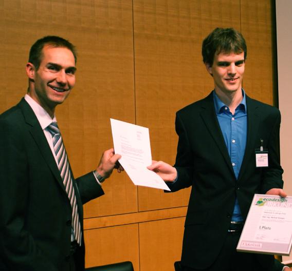 Bild 1. Michael Seidl von Texas Instruments (links) überreicht Michael Kamper (rechts) die Auszeichnung für Platz 1 des Elektronik Ecodesign-Preis 2011.