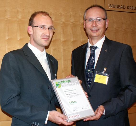 Andreas Schlösser (links) erhält für seine Magisterarbeit die Urkunde zum 2. Platz des Elektronik Ecodesign-Preises von Harry Schubert, Redakteur der Elektronik.