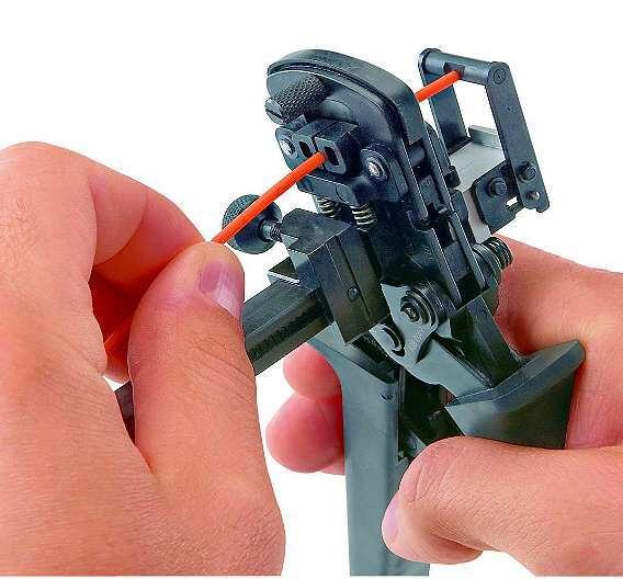 Bild 2: Werkzeug zur Konfektionierung von PDF-Fasern: Faser einführen, schneiden und in der SCRJ-Ferrule montieren - Polieren ist nicht erforderlich