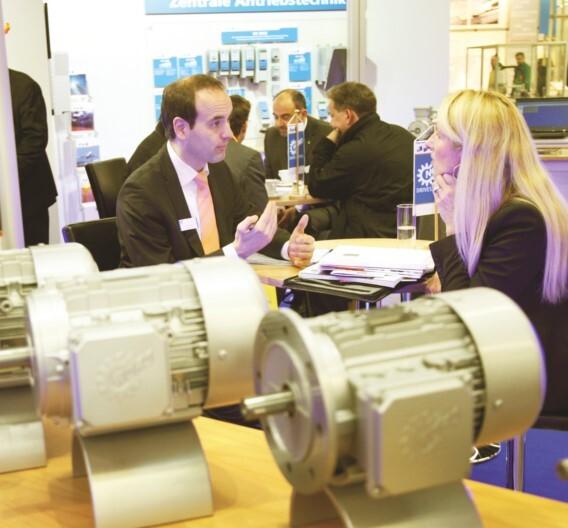 Die SPS/IPC/Drives ist als Arbeitsmesse bekannt, auf der Fachgespräche im Vordergrund stehen.