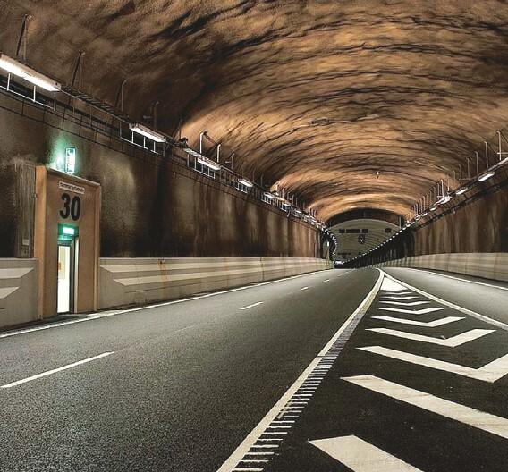 Obwohl zwischen den einzelnen LED-Leuchten der Modelreihe »T-Line« viel Abstand bleibt, wird die Fahrbahn im Tunnel erkennbar gleichmäßig ausgeleuchtet.