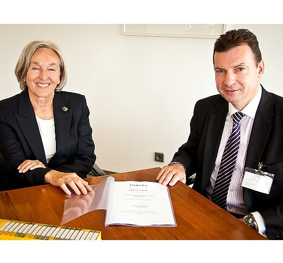 Renate Pilz, geschäftsführende Gesellschafterin von Pilz, und Volker Schenk, Leiter des Geschäftsbereichs Transportation Systems bei Thales Deutschland, unterzeichnen den Kooperationsvertrag.