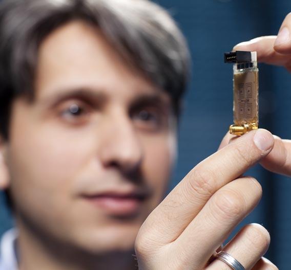 Onur Hamza Karabey, Doktorand am Fachbereich Elektrotechnik und Informationstechnik der TU Darmstadt, hat eine elektronisch schwenkbare Antenne entwickelt, die sich ohne bewegliche Teile auf eine Funkquelle ausrichten, sie verfolgen und ihre Signale verstärken kann.