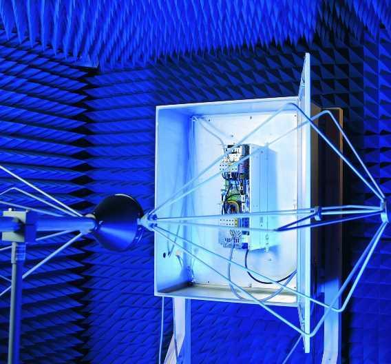 In einer Kammer wird die elektromagnetische Verträglichkeit der Fahrzeugkomponenten gemessen