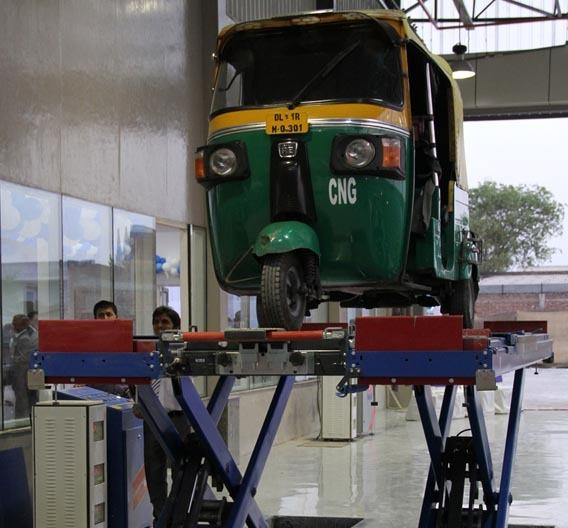 Als eines der ersten Fahrzeuge in der neuen Prüfstation von TÜV Süd in New Delhi wurde ein TucTuc einem Technik-Check unterzogen.