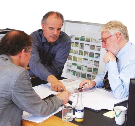 Markt&Technik-Redakteur Andreas Knoll (links vorne) lässt sich von Christof Zollitsch (Mitte) und Wilhelm Stemmer (rechts) die jährlichen Umsatzwachstumsraten von Stemmer Imaging erläutern.