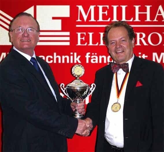 Bei der Übergabe des Preises: links Paul Allen, Distribution Sales Manager, PICO Technology, und Albert Meilhaus, Geschäftsführer Meilhaus Electronic GmbH.