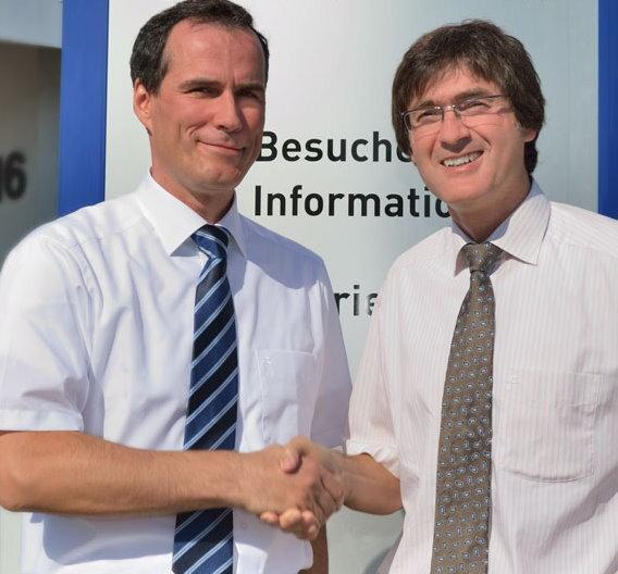 Holger Frölich (links), Geschäftsführer von F & S Elektronik Systeme und Silvano Geissler, Director R&D + Production der MSC Gleichmann-Gruppe besiegeln die Kooperation für nanoRISC.