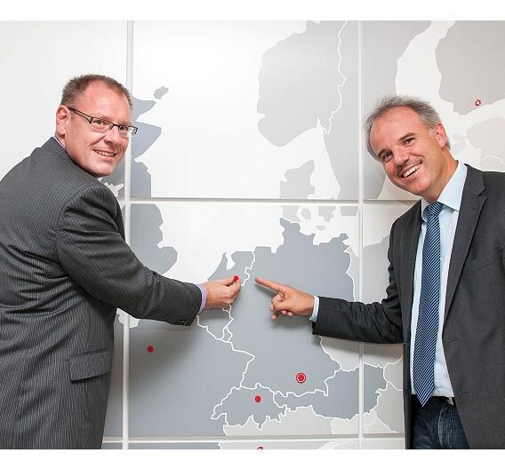 Dietmar Serbée (links) und Christof Zollitsch erweitern die Stemmer-Imaging-Europakarte um die Niederlassung in den Niederlanden.