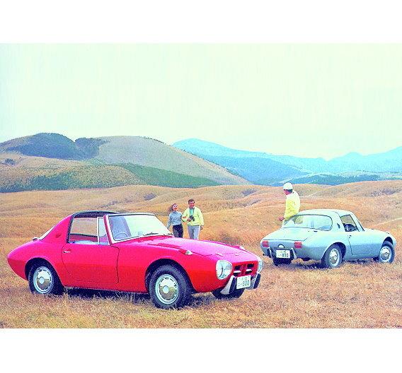 Der Toyota Sports 800 war der erste in Serie gefertigte Sportwagen (1965 bis 1969) von Toyota. Angetrieben von einem Zweizylinder-Boxermotor mit einem Hubraum von 790 cm³ und einer Leistung von 45 PS, die bei 5.400/min zur Verfügung stand, wurde eine Höchstgeschwindigkeit von 155 km/h erreicht.