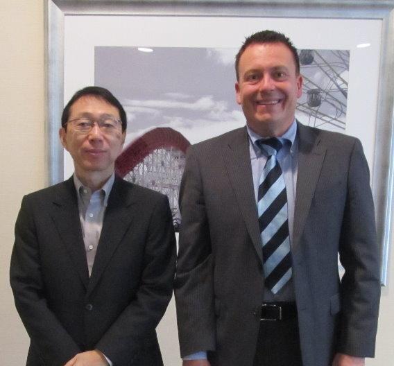 Renesas-CEO Yasushi Akao mit Elektronik-Redakteur Frank Riemenschneider.
