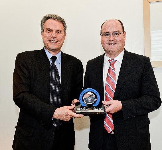 Carlo Bozotti, President and CEO von STMicroelectronics und Ricky Hudi, Leiter Entwicklung Elektrik/Elektronik bei Audi.