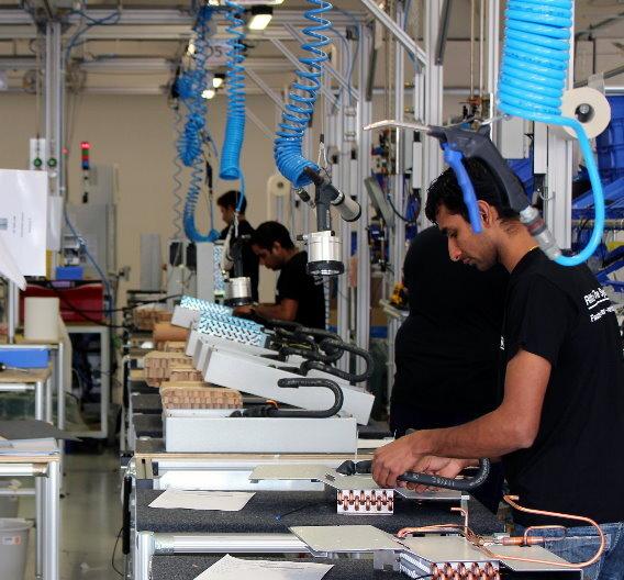 Die neuen Energiesparkühlgeräte der »Blue e«-Generation, die nun bei Verona gefertigt werden, umfassen energieeffiziente Schaltschrank-Kühlgeräte mit einem Leistungsspektrum von 500 bis 4.000 Watt Nutzkühlleistung und Energieeinsparungen von bis zu 45 Prozent, im Idealfall sogar bis 70 Prozent.