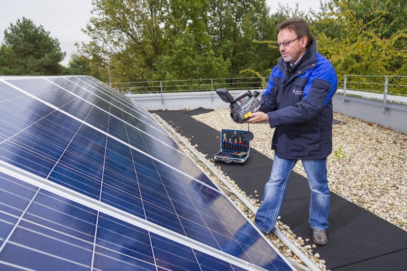 Ob ein Unternehmen über die nötige Kompetenz in Sachen PV-Installationen verfügt, lässt sich künftig am neuen TÜV-Rheinland-Prüfzeichen »Zertifizierter Installationsfachbetrieb für Photovoltaik-Anlagen« erkennen.