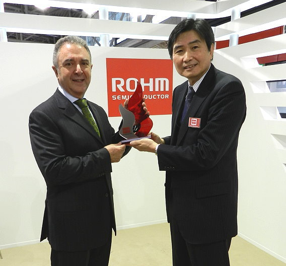 Masaki Sakai, Director Euro-American Sales Headquarters (rechts) übergibt den Award an Miguel Fernandez, President von Silica.