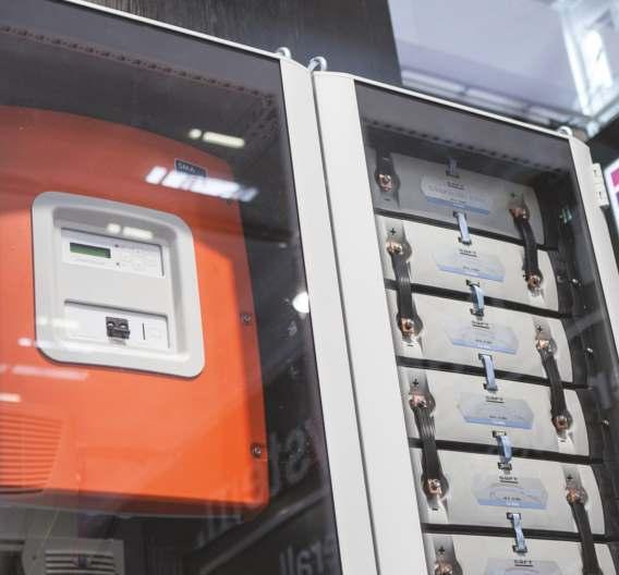 Für die sichere Einhausung von Speicher-Modulen wie Lithium-Ionen-Akkus hat Rittal erste Konzepte für Energiespeicherschränke auf Basis der 19-Zoll-Technik entwickelt.