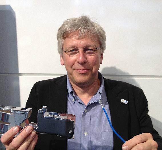 Rob Shaddock mit einem Modell der neuen Crimp-Verbindung für Aluminiumleiter