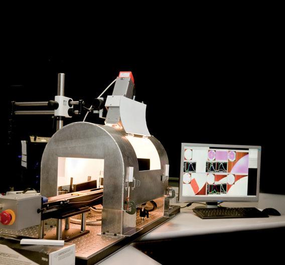Bild 1. Labor-Aufbau eines HSI-Systems – im Größenvergleich mit einem PC-Monitor.