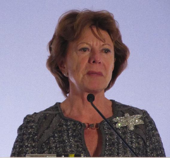 EU-Kommissarin Neelie Kroes versprach bis 2020 neue EU-Förderungen in Höhe von 18 Mrd. Euro - wenn das Parlament mitspielt.