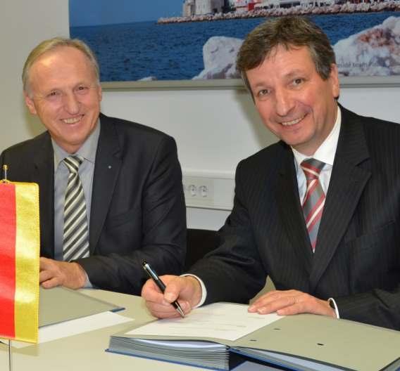 Dr. Peter Köhler, Vorstandssprecher von Weidmüller (rechts), und Dr. Otmar Zorn, Inhaber von Iskra Zaščite (links), besiegeln das Joint Venture Weidmüller & IZ Surge Protection Products in Ljubljana.