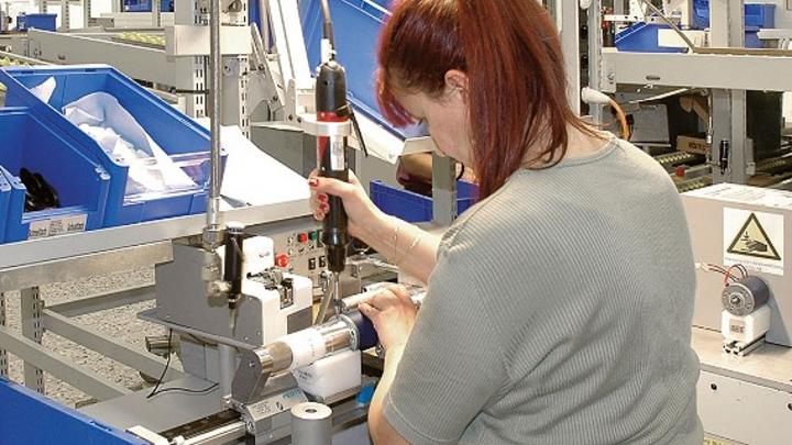 Montage eines ebm-papst-Motors an ein Zeitlauf-Getriebe bei Zeitlauf in Lauf an der Pegnitz