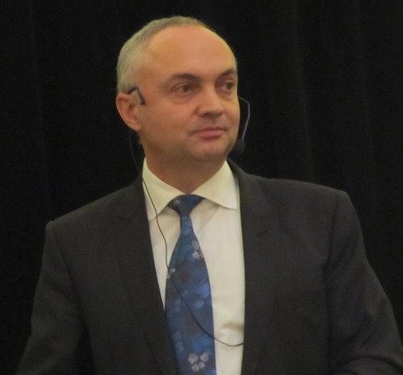 IMEC-CEO Luc van den Hove bei seinem IEDM-Vortrag über Moores Law.