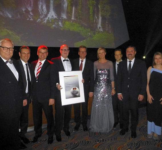 Bundesaußenminister Guido Westerwelle (5. v.l.) gratulierte ebm-papst zur hochkarätigen Auszeichnung beim Deutschen Nachhaltigkeitspreis 2012 in Düsseldorf