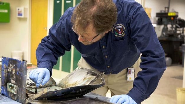 NTSB-Mitarbeiter Matt Fox untersucht das Gehäuse des Akkus, der in Boston Feuer fing.