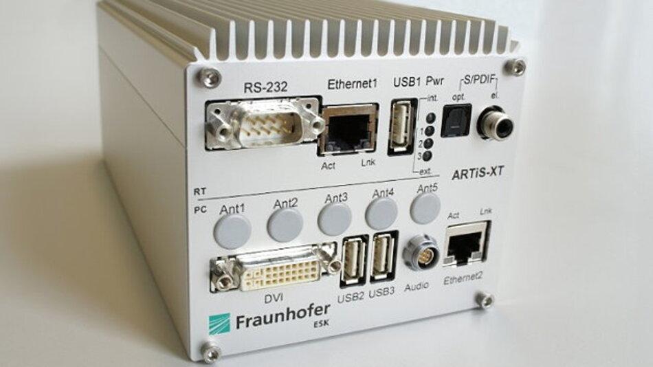 Die ARTiS-XT besteht aus der ARTiS-RT und einem leistungsfähigen embedded PC. Mit ihr lassen sich Fahrzeug-Funktionen von Infotainment- und Fahrerassistenzsystemen überprüfen.
