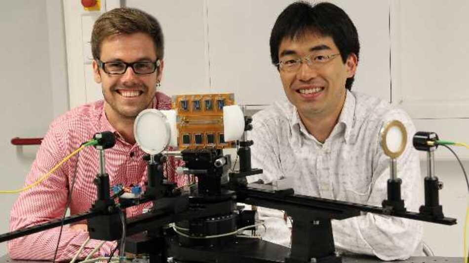 Yasuaki Monnai (rechts) und Kristian Altmann mit der im Versuchsaufbau montierten Baugruppe.