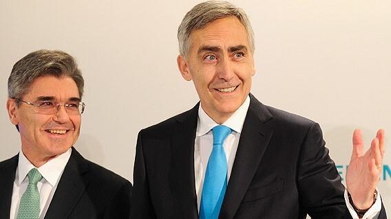 Joe Kaeser (links) und Peter Löscher (rechts) auf der Pressekonferenz der Siemens AG am 23. Januar 2013 in der Olympiahalle in München. Kaeser wird Löscher im Amt des Vorstandvorsitzenden ersetzen.